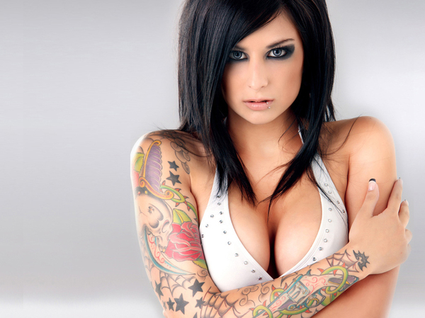 Close up posing action with an tattooed babe Jamie Jackson in her yard № 274253 бесплатно