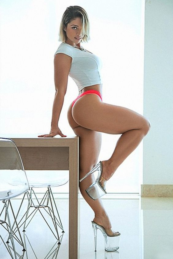 Sexy babe with a big ass Carmen Kinsley poses on high heels № 806200 бесплатно