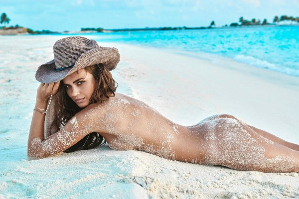 18 Year old girl poses totally nude on a deserted sandy beach № 273209 бесплатно