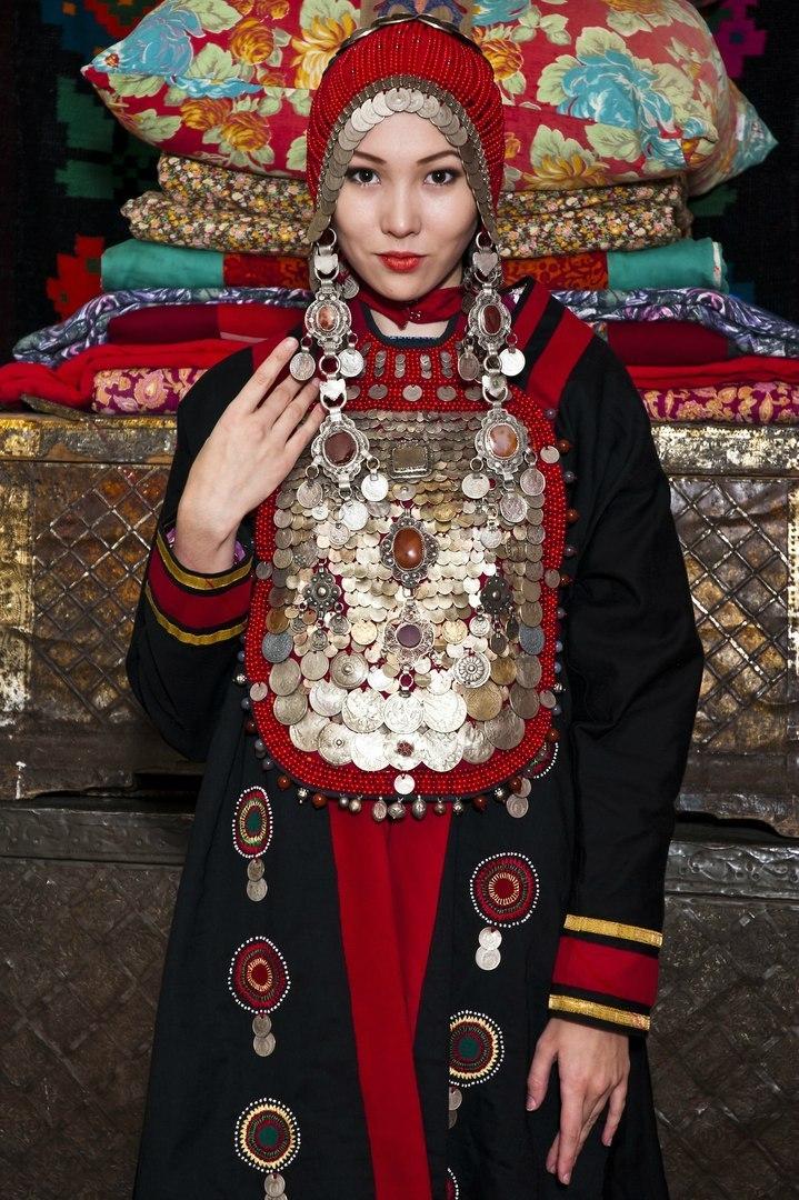 Фото раздевающихся девушек в национальных костюмах фото 248-124
