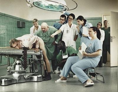 парни в военкомате у хирурга фото