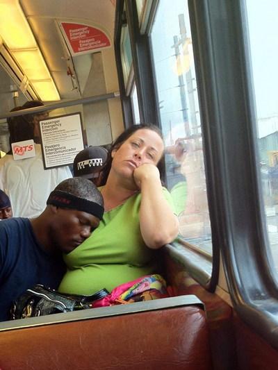 К девке прижимается парень в автобусе