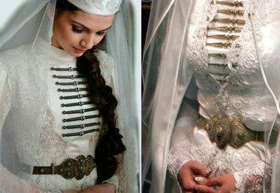 Девочки в свадебных платьях покасывают пизду