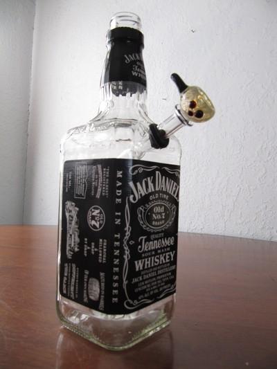 В стеклянной бутылке дырка