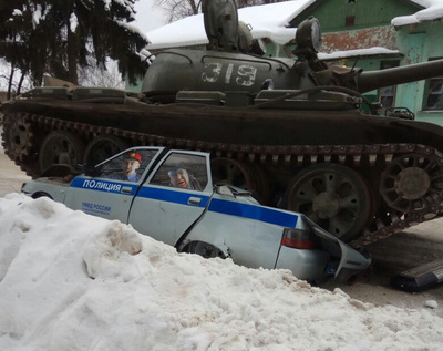 Танк раздавил машину полиции