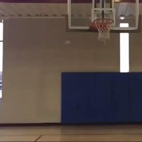 Как достать застрявший в корзине мяч? Ногой, конечно же :) Баскетбол, Прыжок, Высота, Мы не ищем легких путей, Гифка