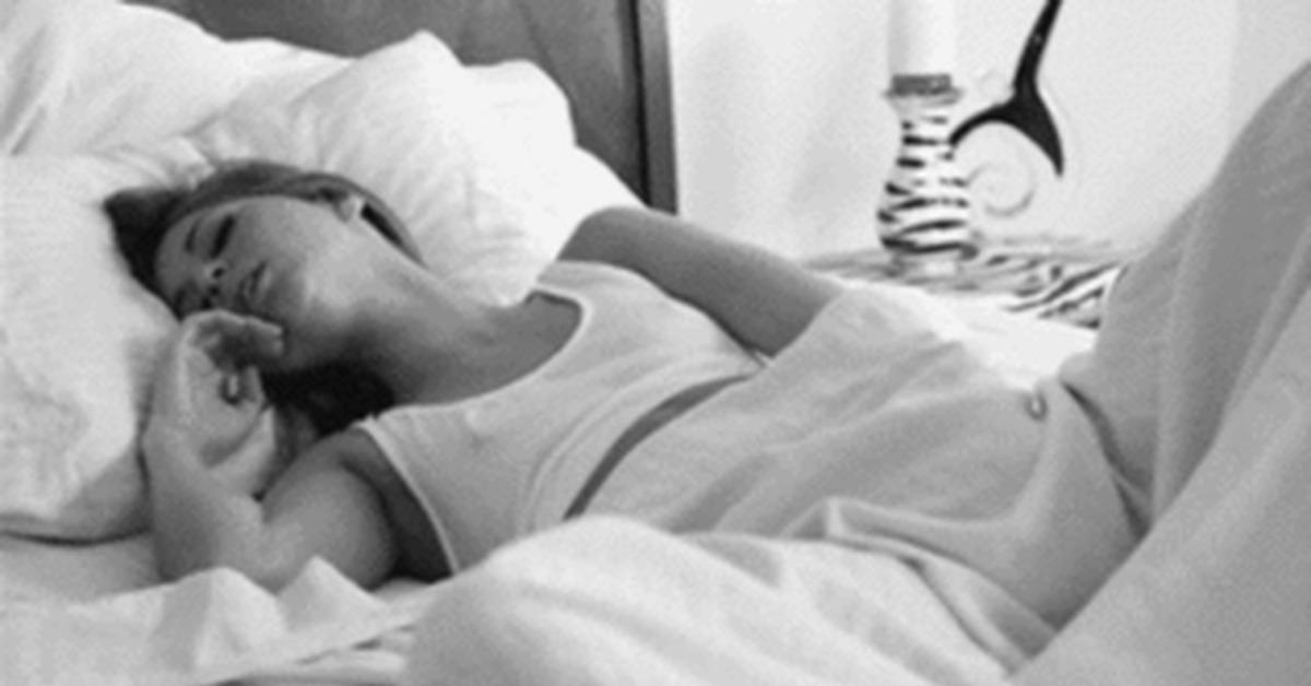 мастурбирует одеялом девушка по
