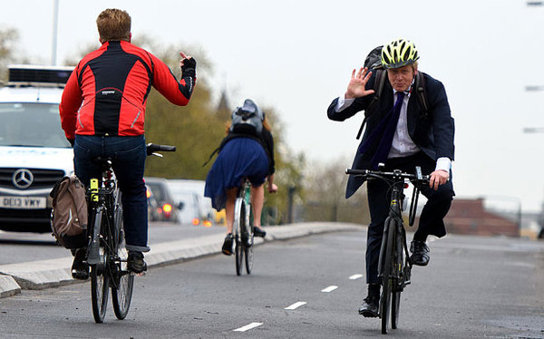 Велосипедист с почтением приветствует мэра Лондона Борю