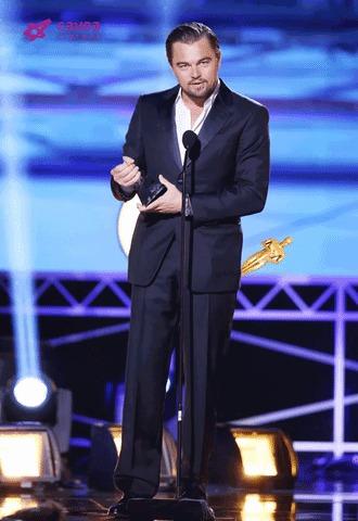 Помоги Лео получить Оскар - кликни на гифку так, чтобы он оказался у Лео в руках!