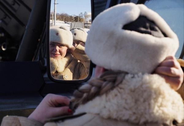 Регулировщицы в форме военных лет на одной из улиц Волгограда, 1 февраля.