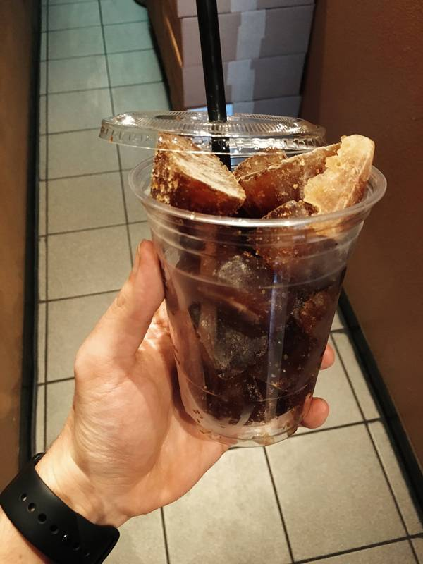 Кусочки льда с замороженным кофе