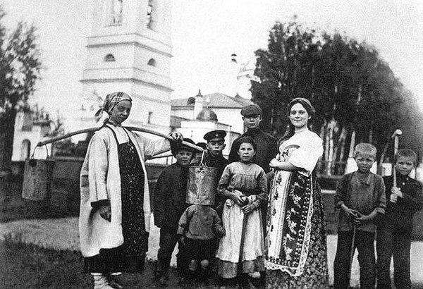 Сергей Есенин (во втором ряду справа, в кепке) среди односельчан. Константиново, 1909 год. Сергей Есенин, Фото, Ведро