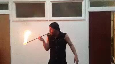 Трюк с поеданием огня