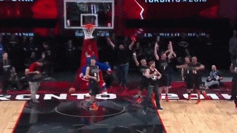 Ничего необычного: просто белый парень в джинсах ростом 185 см закладывает сверху через человека на игре всех звезд НБА) Баскетбол, NBA, All Star GAME 2016, Слэмданк, Jordan Kilganon, Гифка, Видео