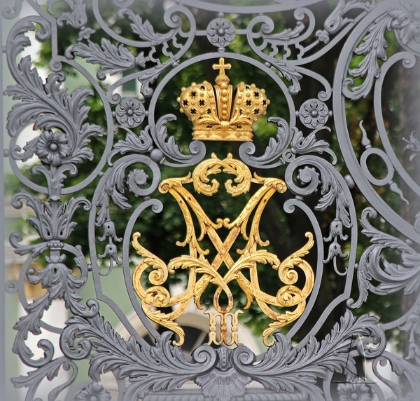 Изумительной работы императорский вензель на воротах Зимнего дворца