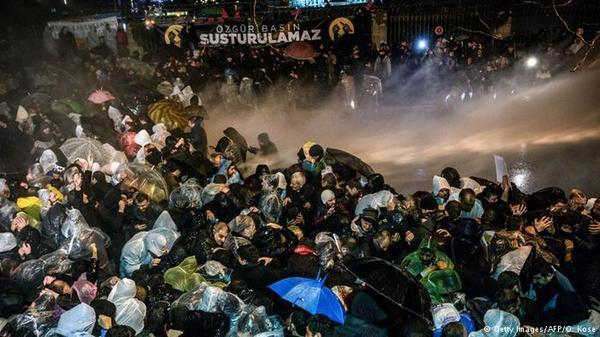 В Турции взяли штурмом офис издания Zaman турция, Zaman, свобода слова, права человека, Эрдоган, политика, новости