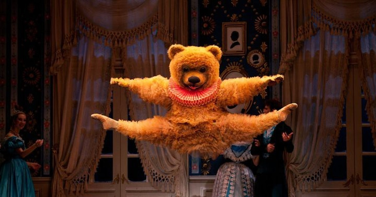Гифка танцующий человек в костюме медведя