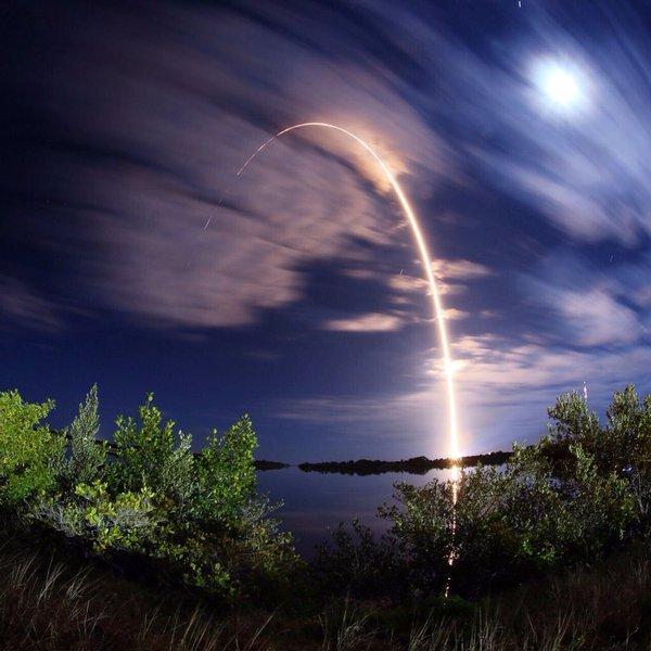 Классное фото с мыса Канаверал после старта ракеты. Твиттер космонавта Макса Сураева