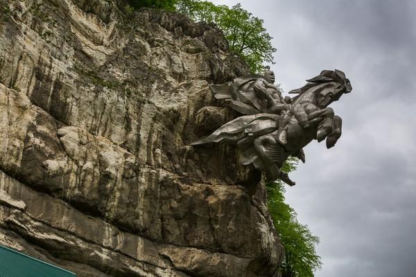 Георгий Победоносец выскакивает из скалы Памятник, Владикавказ