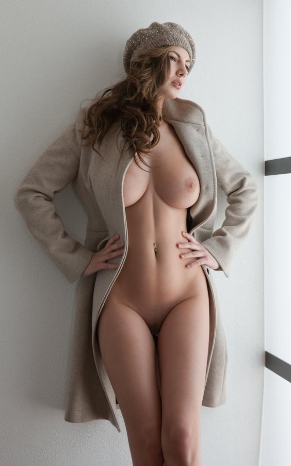 фото голая в пальто
