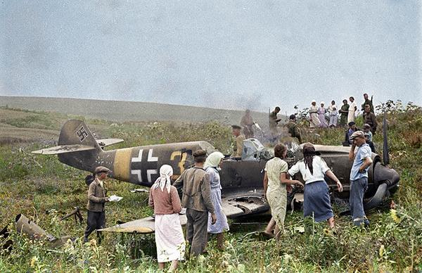 Колоризация. Мое. Советские колхозники осматривают сбитый немецкий самолёт. Колоризация, Photoshop, Война, Великая Отечественная война, Самолет, Люфтваффе