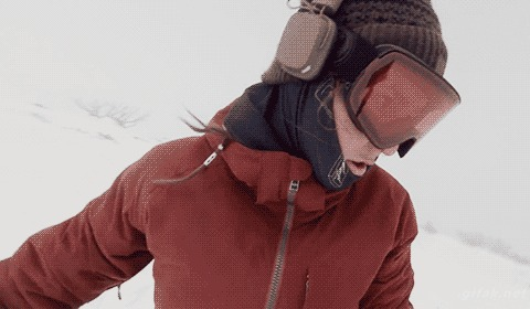 Девушка катаясь на сноуборде случайно засняла погоню медведя за ней