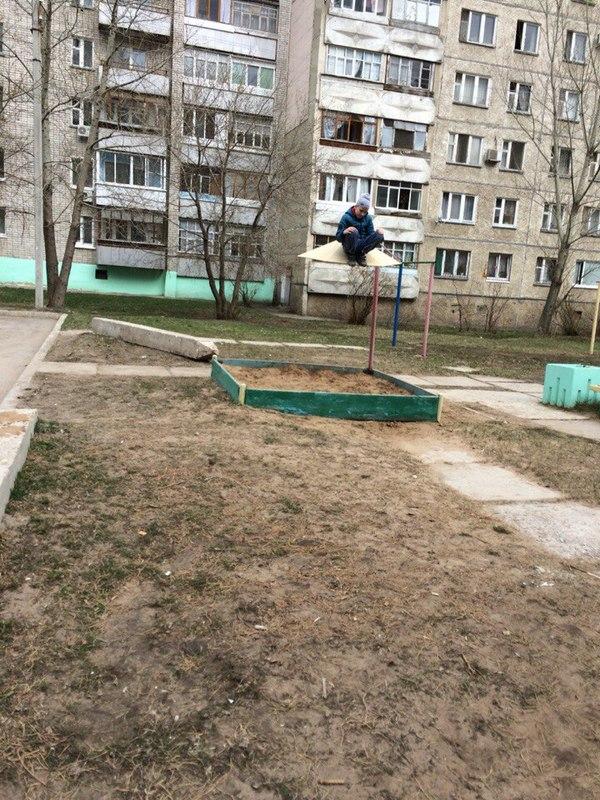Сегодня я шел из больницы, и увидел этого парня... Димитровград, песочница, грусть, сэдбойс