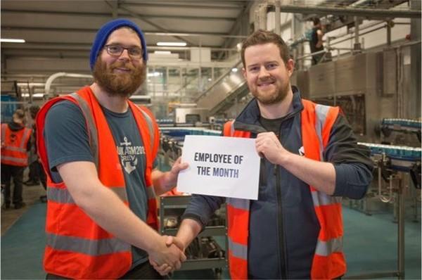 В Великобритании работник пивоварни испортил 200 тысяч банок пива матерной надписью и получил премию «Работник месяца» Работа пиво, Награда
