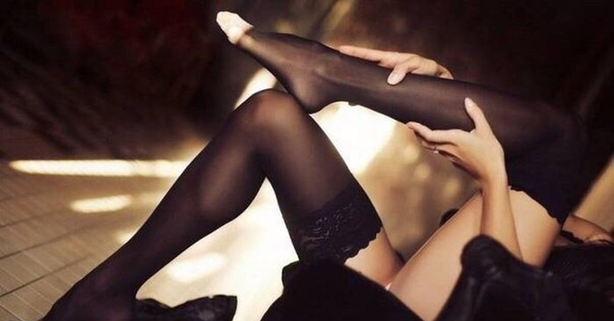 Девушка медленно снимает чулки, артхаус с элементами секса смотреть