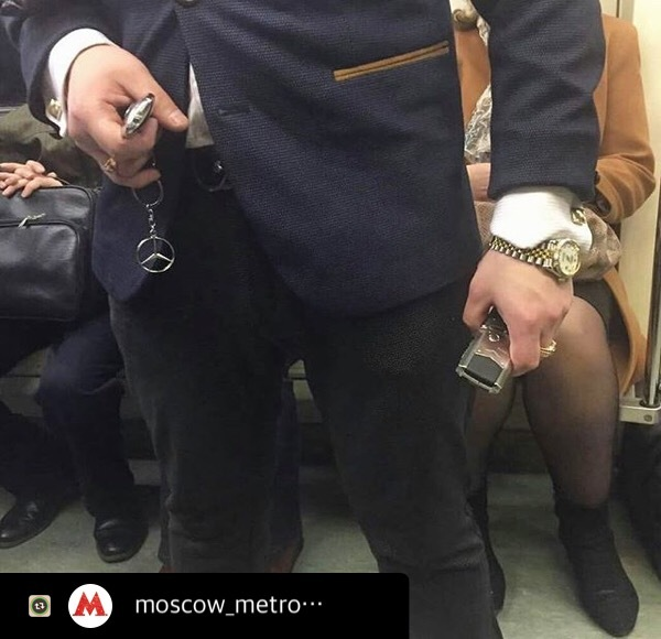 Когда оказался в метро, но нужно дать понять всем что ты здесь вообще случайно и вообще ты успешный человек.