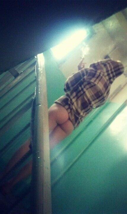 Девушка вышла покурить бомжом порно видео