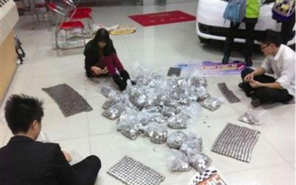 Китаец распотрошил копилку и пришел покупать грузовик Китай, Копилка, Монета, Юань, Покупка, Грузовик