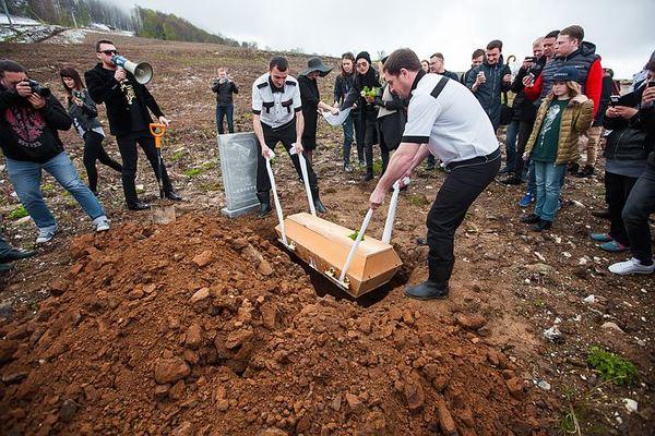 В Сочи в гробу похоронили 200 килограммов салата «Цезарь» Сочи, Изголодавшийся народ