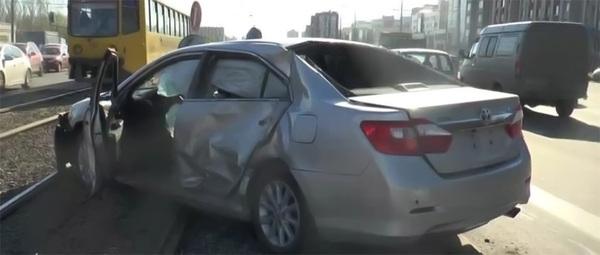 Эпичное ДТП в Казани: троллейбус на красный и попавшая под удар Toyota ДТП, Авария, Видео, Длиннопост