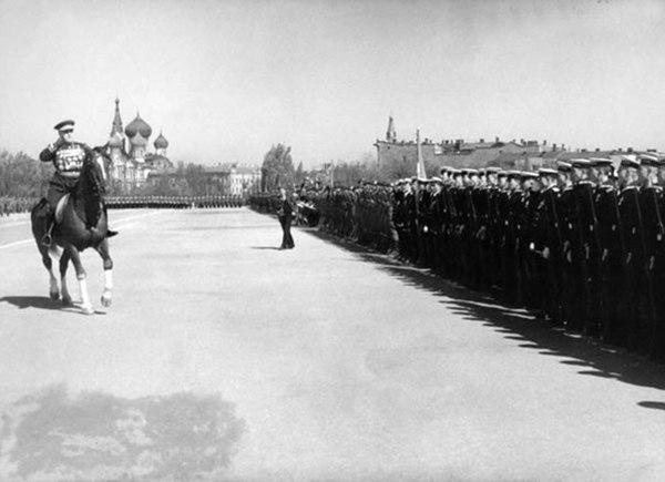 1 мая 1947г. Куликово поле. Командующий Одесским военным округом Г.К. Жуков принимает парад