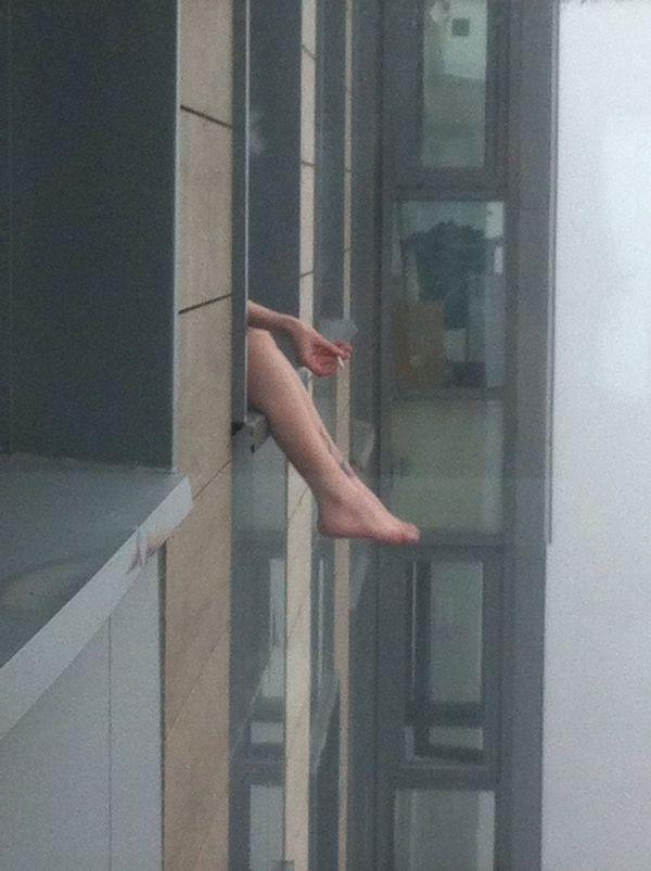 6 утра, туман, Пасха, 19 этаж, соседка курит.