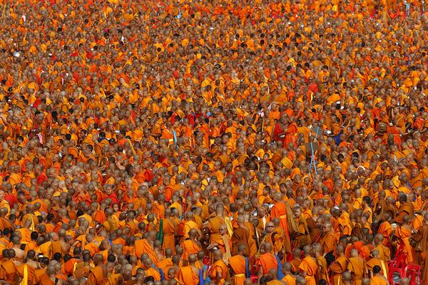 Более 100 тысяч буддийских монахов и послушников собрались в храме Ват Пхра Дхаммакая на событие, «которое бывает раз в жизни». Монах, Буддисты, Буддизм, Милостыня, Таиланд, Длиннопост