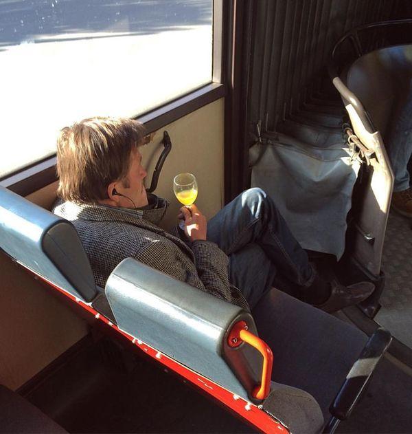 Когда хочешь показаться всем что ты богат, но ездишь со всеми в автобусе