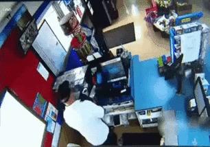 """Владелец магазина использовал """"самодельный огнемёт"""" против грабителей"""