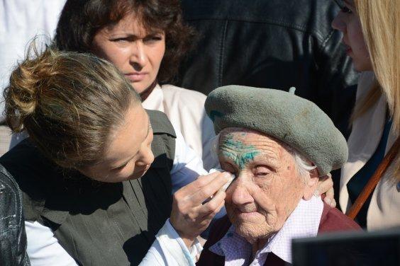 В Славянске украинские националисты облили зеленкой 91-летнюю участницу войны Украина, Фашизм, СМИ, Киселев, Ветераны, Война, Политика