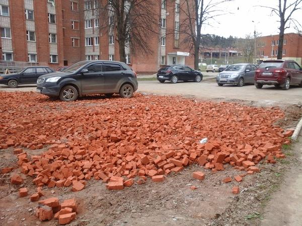 Власти пообещали сделать парковку из тротуарного кирпича... Сказано - сделано. Парковка, Российские дороги, Удмуртия, Кирпичная кладка