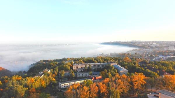 Просто утренний туман над городом.
