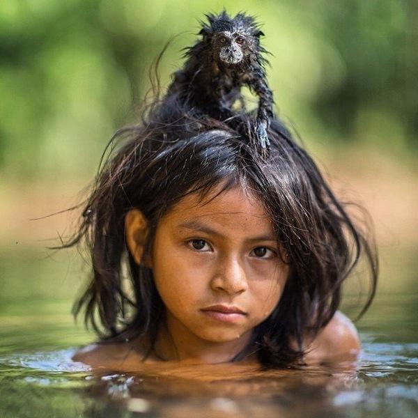 9-летняя девочка из индейское племя Мачигуенга со своим домашним животным Тамарином Мачигуенга, Племя, Индейцы, Перу, Тамарин, Девочка, Обезьяна