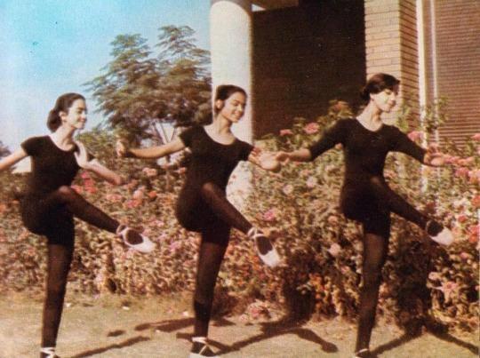 Ирак при тоталитарном Саддаме. Девушки из Национальной школы музыки и балета на репетиции. Багдад. Ирак. 1975г.