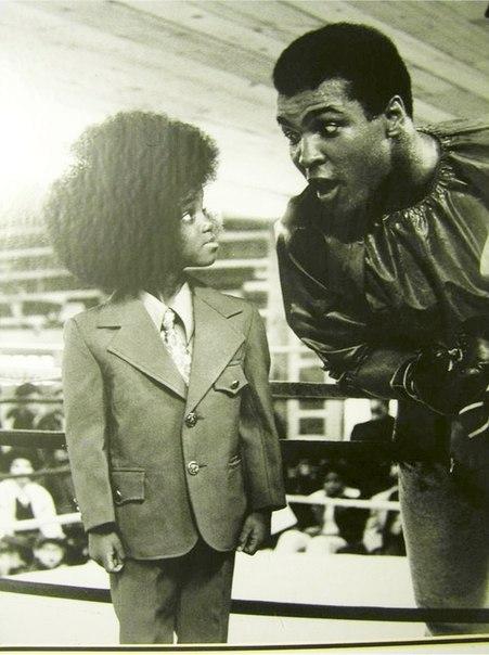 Знаменательная встреча короля ринга и короля сцены - Мухаммед Али и юный Майкл Джексон.