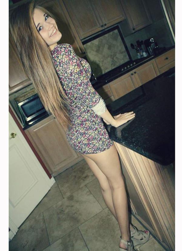 девушки фото к коротких платьях нагнувшиеся
