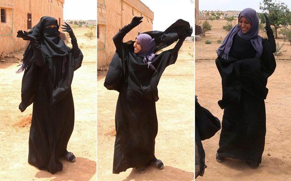 Женщина избавляется от никаба после освобождения её деревни от ИГИЛ