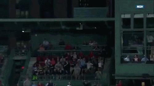 Пара молодых парней поймали мяч на бейсболе