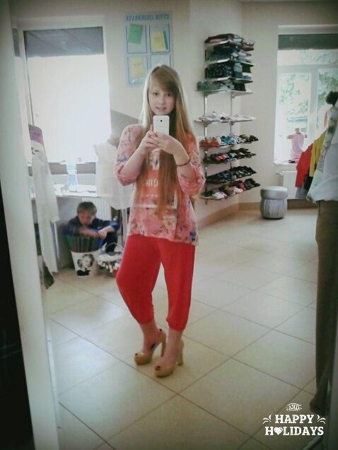 Девушка шатенка в зеркале в купальнике