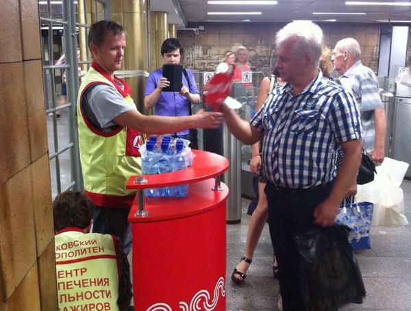 В Московском метро из-за жары пассажирам раздали веера и воду. Метро, Москва, Жара